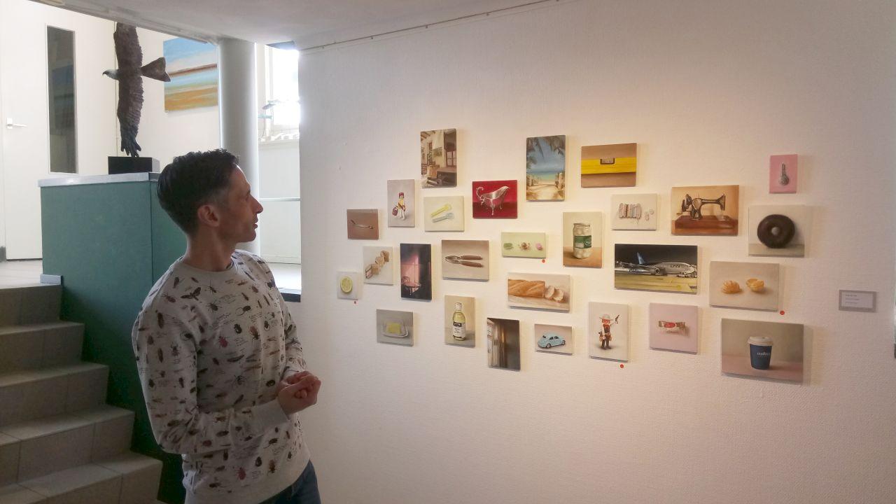 Muur met schilderijen van Serge de Vries